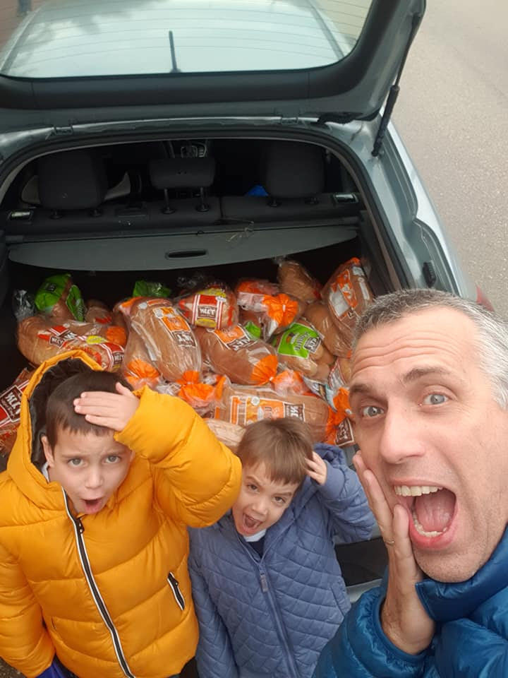 שי וילדיו עם תא המטען המלא