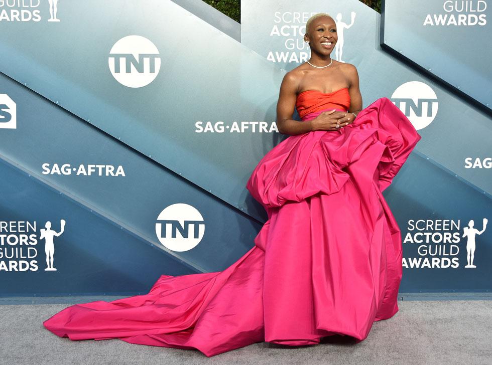 שילוב צבעים נועז. סינתיה אריבו בשמלה של סקיאפרלי (צילום: Gregg DeGuire/GettyimagesIL)