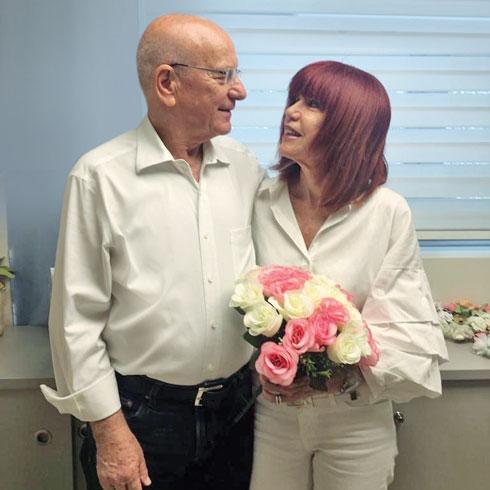 """מירה ורפי בחתונתם. """"החיים מתחילים אחרי גיל 70"""" (צילום: אלבום פרטי)"""