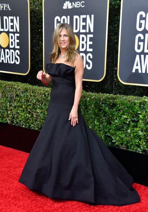 אלגנטית. ג'ניפר אניסטון בשמלה מקו ההוט קוטור של דיור (צילום: Frazer Harrison/GettyimagesIL)