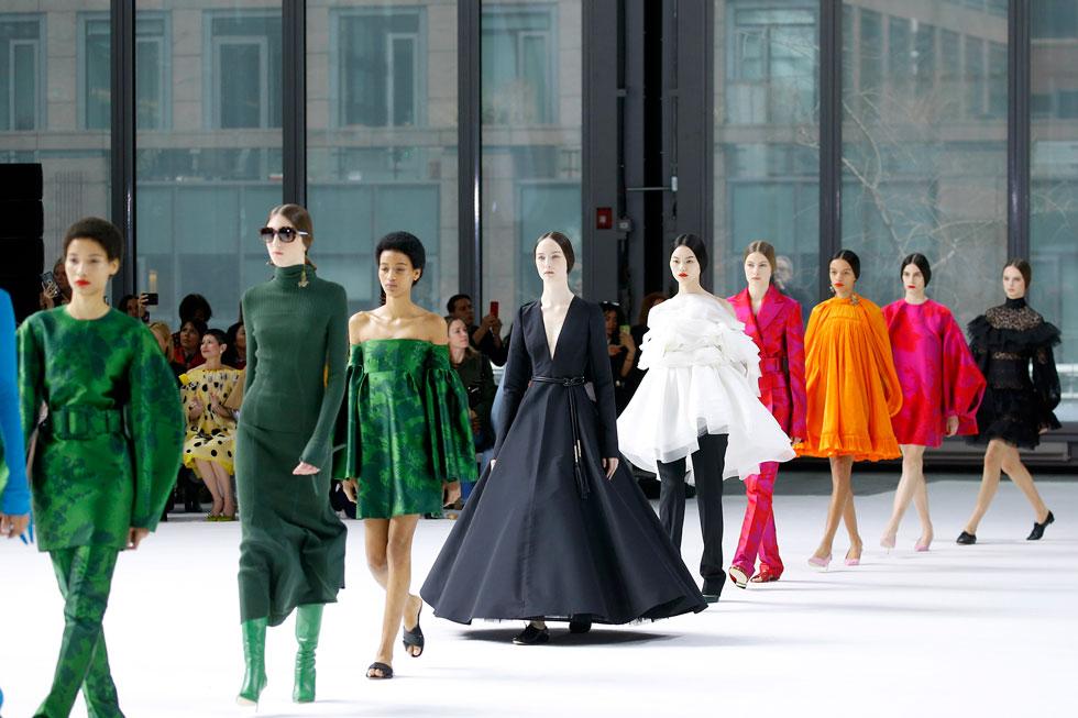 מעצב האופנה ווס גורדון, המנהל האמנותי של בית האופנה קרולינה הררה, חתום על אחת הקולקציות היפות שהוצגו בשבוע האופנה בניו יורק. גורדון יצר משחקי פרופורציות מרשימים לצד שילובי צבעים והדפסים, תוך שהוא מצליח לשמור על המורשת של מייסדת בית האופנה, שבחנה את התצוגה מהשורה הראשונה (צילום: John Lamparski/GettyimagesIL)