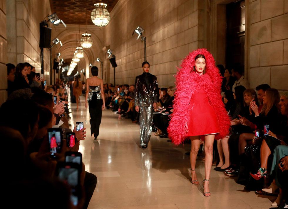 הדוגמנית בלה חדיד צעדה בלא מעט תצוגות במהלך השבוע החולף בניו יורק, אך היתה זו התלבושת האדומה מעוטרת הנוצות בתצוגה של אוסקר דה לה רנטה, שעצרה את נשימתנו לרגע קט (צילום: Jason Mendez/GettyimagesIL)