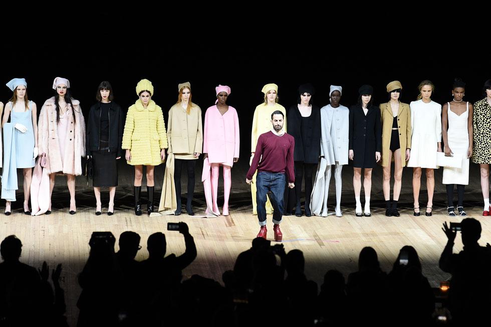 מארק ג'ייקובס סגר את שבוע האופנה בתצוגה גרנדיוזית עם מפגש של ניגודים: רקדניות על המסלול שיצרו אנדרלמוסיה אל מול בגדים פשוטים ויומיומיים בגזרות נקיות, עם אזכור למינימליזם של שנות ה-90 ונגיעות משנות ה-60, כמו חליפות צמר אפורות, חולצות סאטן ושמלות מידי בצבעים חלקים (צילום: Dimitrios Kambouris/GettyimagesIL)