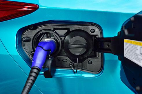 שילוב בין הנעה חשמלית למנוע רגיל  (צילום: מתוך newsroom.toyota.eu)