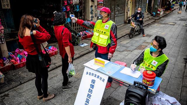 Проверки на коронавирус в Китае. Фото: EPA