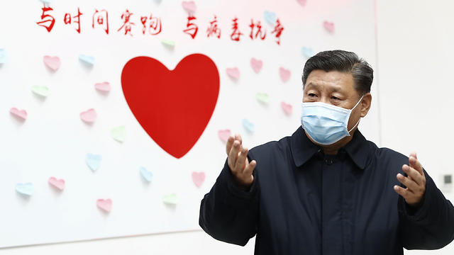 נשיא סין שי ג'ינפינג בביקור בבית חולים בבייג'ינג (צילום: AP)