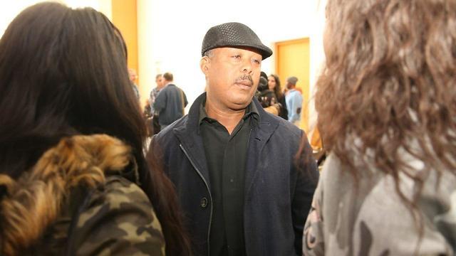 אביו של סלומון טקה בפתח הדיון (צילום: אלעד גרשגורן)