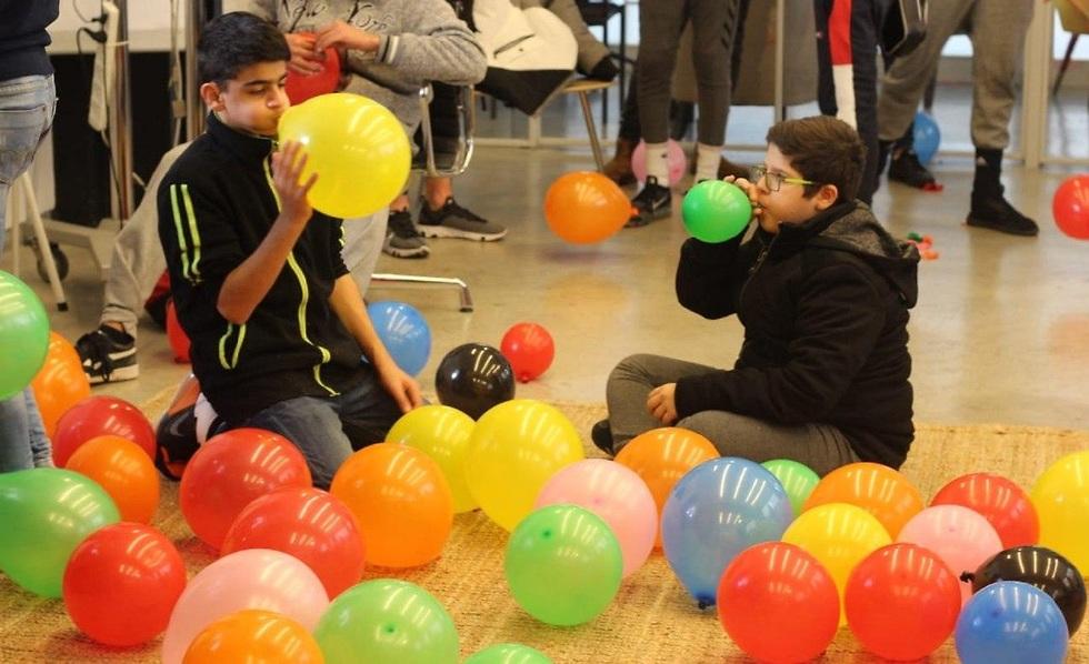 בני נוער מארגנים ימי הולדת למי שידו אינה משגת (צילום: בקהילה)