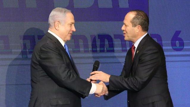 בנימין נתניהו וניר ברקת בהצגת התוכנית הכללית של מפלגת הליכוד (צילום: מוטי קימחי)