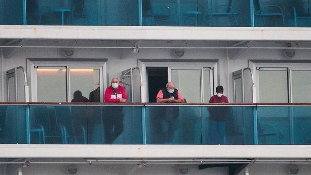 Пассажиры в карантине на борту Diamond Princess. Фото: AFP