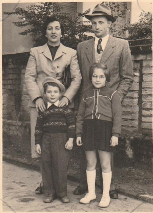 """קלוסקי בילדותו, עם הוריו ואחותו. """"הבית היה מוכה פחדים ואימה"""" (צילום: אלבום פרטי)"""