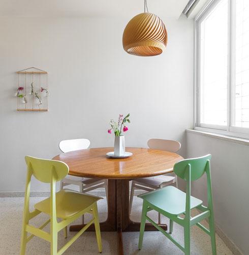 כסאות וינטג' מקוריים, שעברו צביעה. עיצוב: דיקלה מנחם (צילום: רוני אשר)