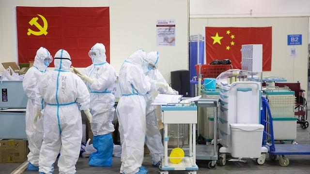 צוות רפואי בבית חולים מאולתר בווהאן, סין (צילום: EPA)