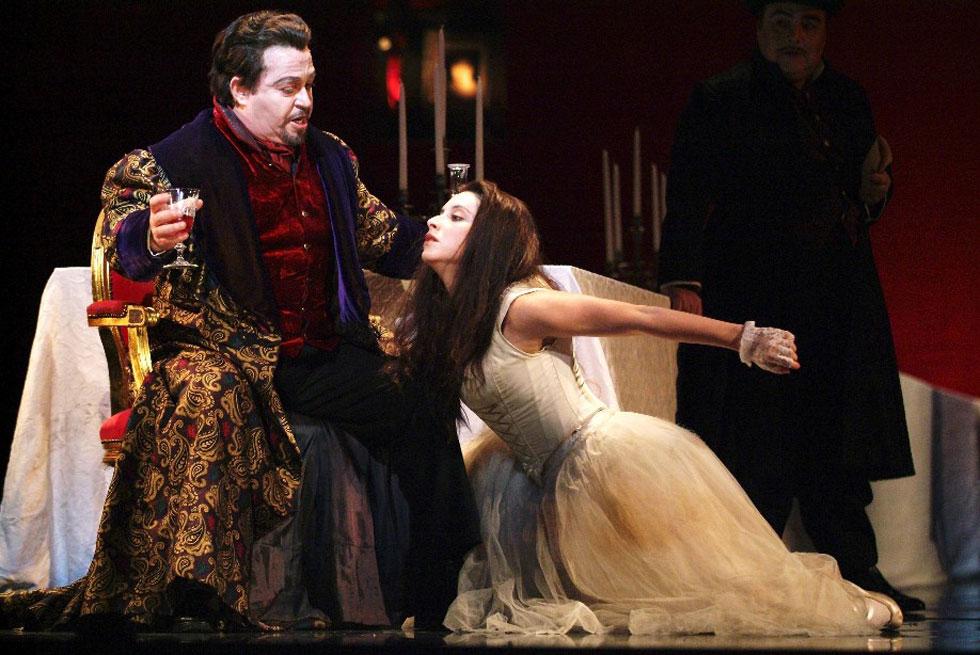 האופרה הישראלית . מכירה גדולה של תלבושות במחירים 350-30 שקל (צילום: באדיבות האופרה הישראלית)