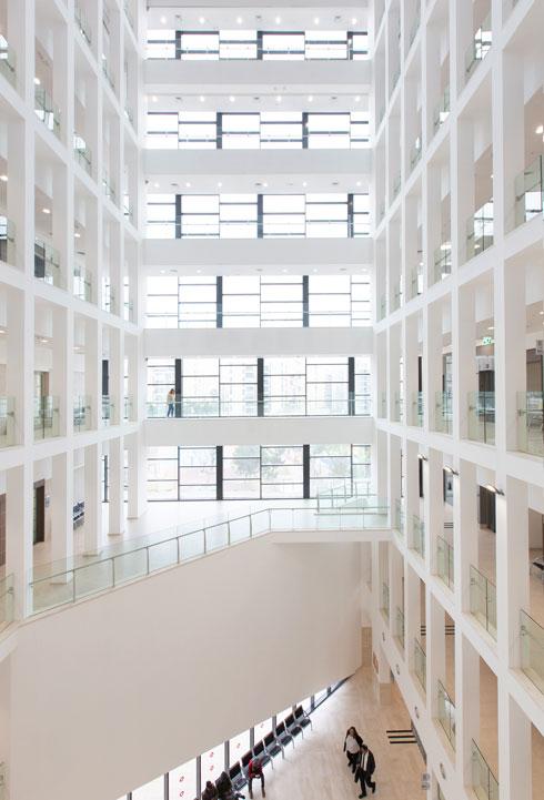 האדריכלים יצרו קשרי עין בין כל הקומות. עם שלוש פונקציות (שלום, תעבורה ועבודה) יהיה פה הומה אדם (צילום: דור נבו)