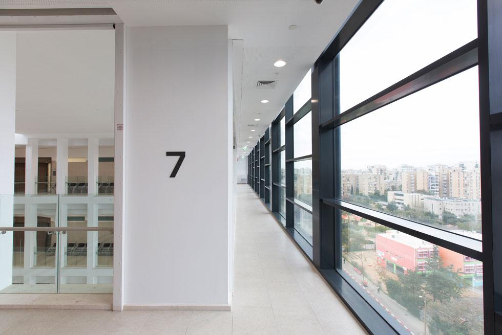 מבט מקומה 7 החוצה. ''קנה המידה מתאים לאדם'', אומר האדריכל אברהם קוריאל. זהו בית המשפט החמישי שמשרדו מתכנן (צילום: דור נבו)