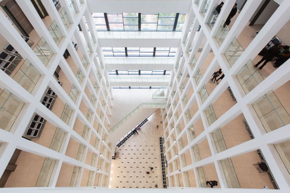 האטריום (חלל הכניסה למלוא גובה המבנה) הוא האלמנט הבולט ביותר, ובזכותו הבניין שטוף אור (צילום: דור נבו)