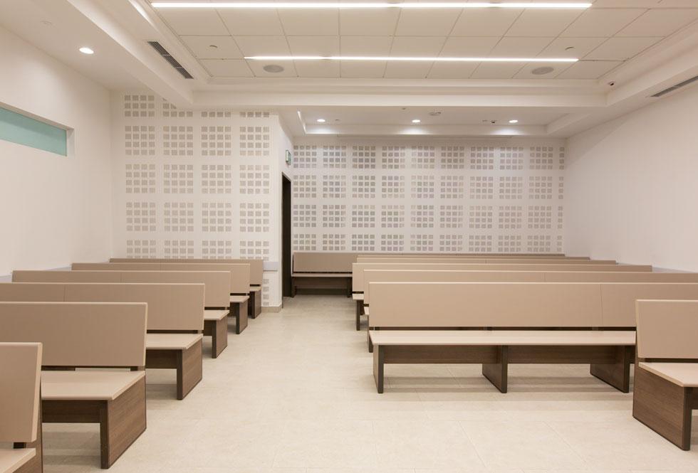 וזה אחד מאולמות המשפט. בחלקם יש חלון, באחרים לא, והעיצוב מינימליסטי (צילום: דור נבו)