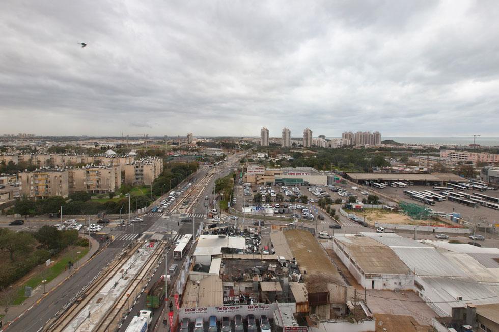 מה שרואים מהחלון. אזור שלא ראה בנייה ציבורית עשרות שנים. המוסכים יתחלפו במגדלים (צילום: דור נבו)