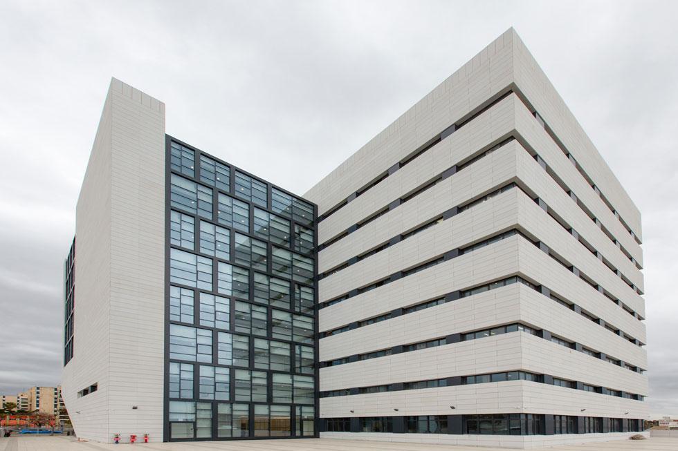 שמונה קומות עם 65 אולמות משפט, ושלוש קומות תת-קרקעיות לתאי מעצר וחניון רכבי העובדים (צילום: דור נבו)