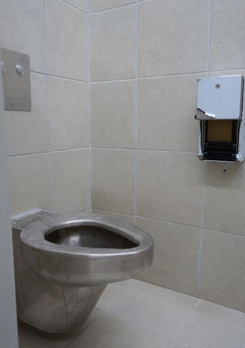 שירותים באחד התאים. מבט לפני חנוכת הבניין (צילום: מיכאל יעקובסון)