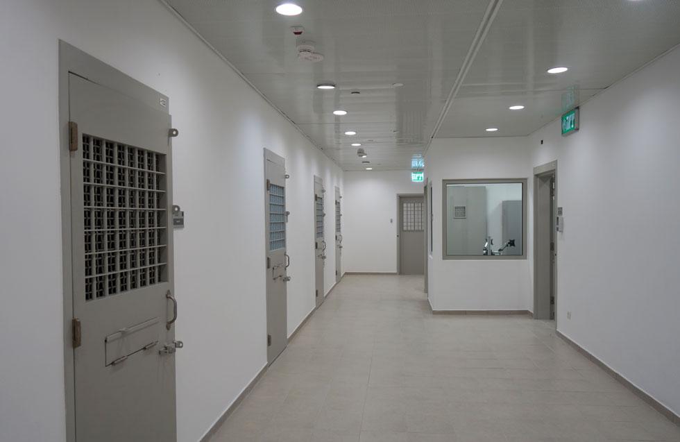 וזהו האזור של העצירים: מסדרונות תת-קרקעיים שמובילים לתאי המעצר, קודם להעלאת העצורים לדיונים (צילום: מיכאל יעקובסון)