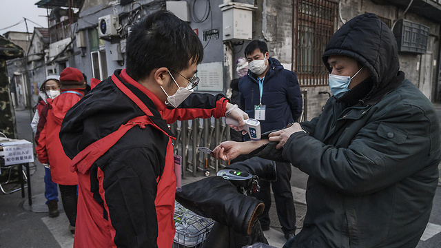 ווהאן סין בודקים תושבים מחשש להידבקות ב נגיף וירוס קורונה (צילום: gettyimages)