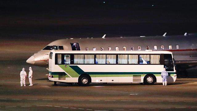 אוטובוס ומטוס הקורונה הישראלי ביפן (צילום: AP)
