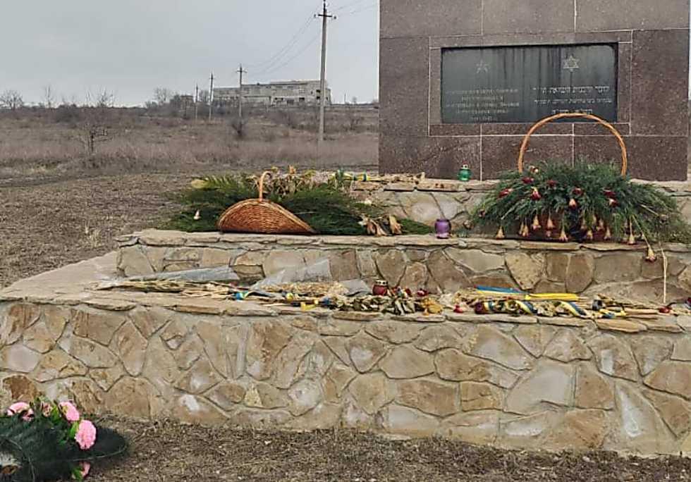 האנדרטה בגיא ההריגה ומאחור המפעל לשריפת חזיר  (באדיבות הרב פנחס וישצקי )