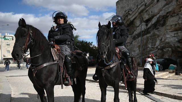 שוטרים מאבטחים את שער שכם (צילום: אוהד צויגנברג)