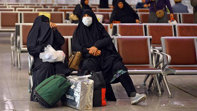 אנשים נכנסים ל עיראק חוזרים מ איראן נעם מסכות נגיף קורונה (צילום: AFP)