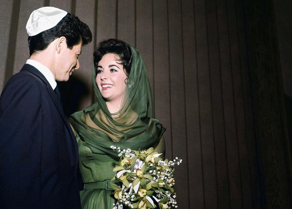 היו לה רומנים עם עשרות גברים, עם חלק נכבד מהם היא גם טרחה להתחתן. עם אדי פישר, 1959 (צילום: AP)