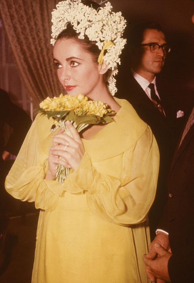טיילור בחתונתה לריצ'רד ברטון, 1964, הראשונה מתוך שתיים (צילום: Hulton Archive/GettyimagesIL)