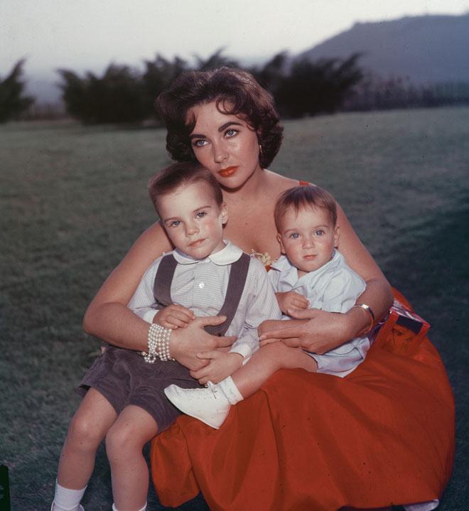 טיילור עם שניים מילדיה בשנות ה-50 (צילום: Hulton Archive/GettyimagesIL)