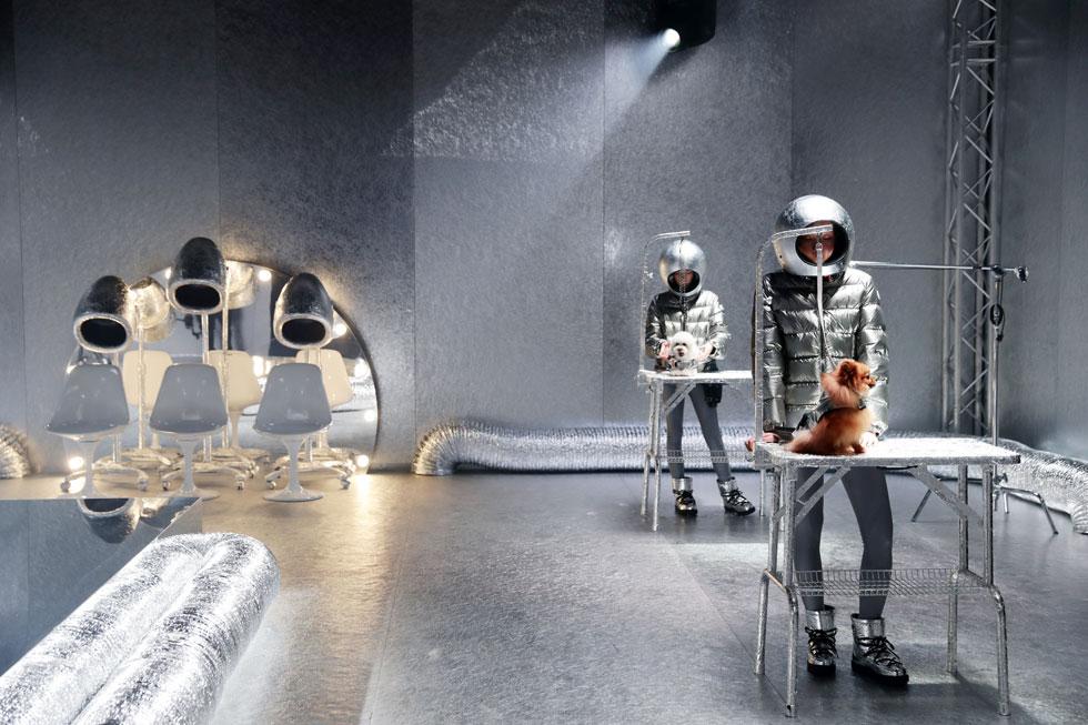 לא מדובר בניסוי שליחת חיות מחמד לחלל – אלא בהשקת קו בגדי הכלבים החדש של מונקלר ומותג בגדי היוקרה לכלבים (כן, יש דבר כזה) פולדו, שבחרו בתפאורה עתידנית עם אסטרונאוטים לבושים בגדים כסופים להשקת קו הבגדים לכלבים ולכלבות (צילום: Pietro S. D'Aprano/GettyimagesIL)