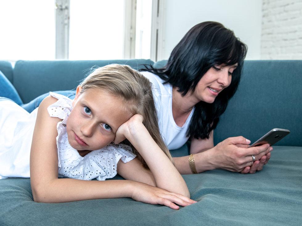 נזכרתי שקראתי מחקר שאומר שבעידן הטלפונים, אנחנו הישראלים מסתכלים בעיניים של בני המשפחה שלנו רק 14 דקות ביום (!) אפילו בשישי ובשבת (צילום: Shutterstock)