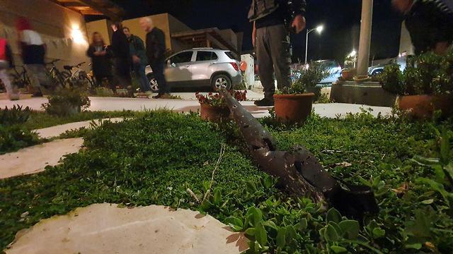 נפץ התגלה בחצר בית בניר עם (צילום: רועי עידן)