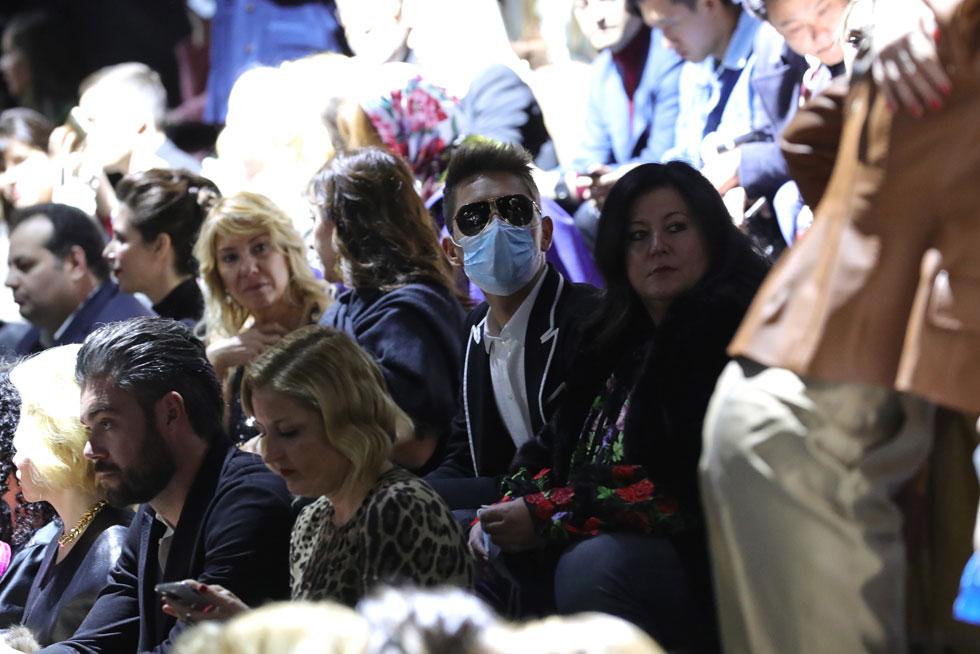 בהלת הקורונה באיטליה לא פסחה גם על שבוע האופנה בעיר. הנגיף הקטלני אומנם לא זכה לביטוי על המסלול, אך אחד האורחים בתצוגה של דולצ'ה & גבאנה לא לקח סיכונים והתייצב עם מסיכה שנראתה יותר כמו אביזר אופנה שנועד להגן גם מפני הבגדים שעוררו פיהוק (צילום: Vittorio Zunino Celotto/GettyimagesIL)