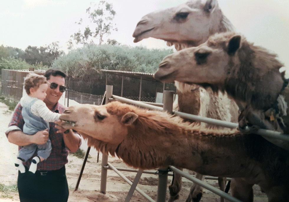 """""""יגיל הציל חיים בכל העולם"""", מדגישה רנדי ווינטר, יזמת חברתית מקנדה. """"ספר שהוא כתב לבקשת האו""""ם הפך לתנ""""ך של מגדלי הגמלים"""" (צילום: אלבום פרטי)"""