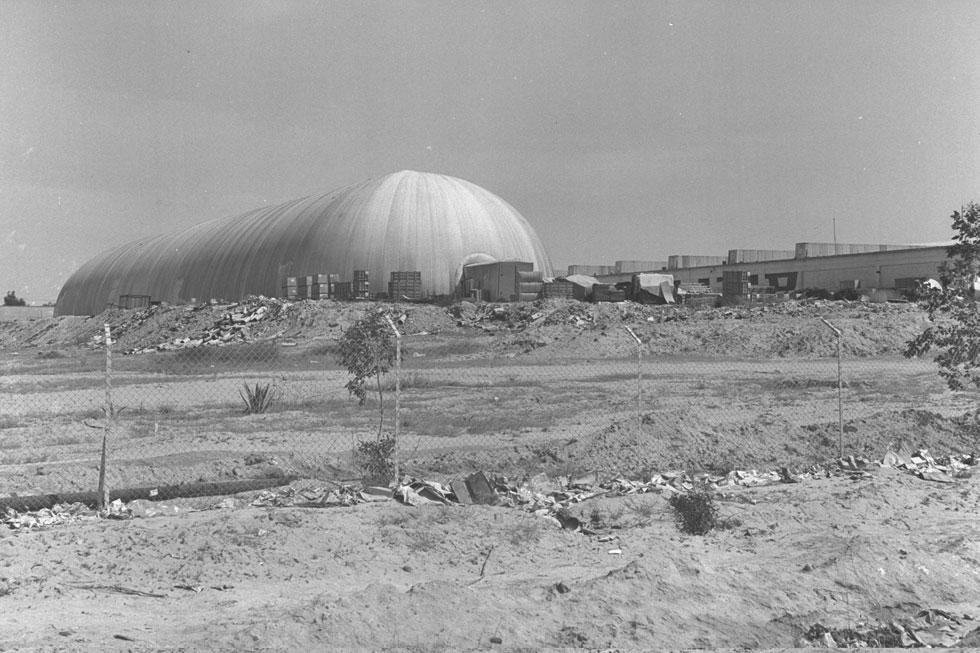 """מטוויית חוטי דימונה, 1971. טרוסטלר תכנן מבנים בולטים בנגב, בין השאר בירוחם ובבאר שבע (צילום: משה מילנר, לע""""מ)"""