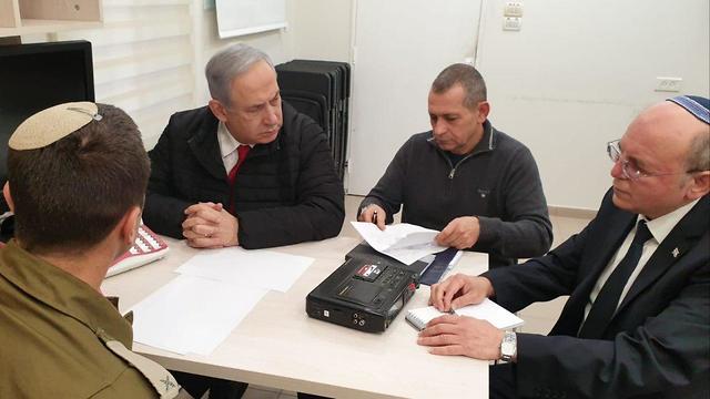 בנימין נתניהו נדב ארגמן מאיר בן שבת בהתייעצות ביטחונית ()