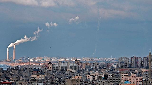 שביל העשן של טילים שנורו  (צילום: AFP)