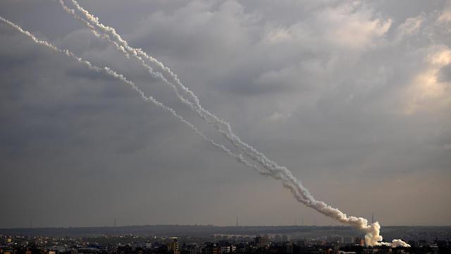 רקטות משוגרות מרצועת עזה לעבר ישראל (צילום: AP)