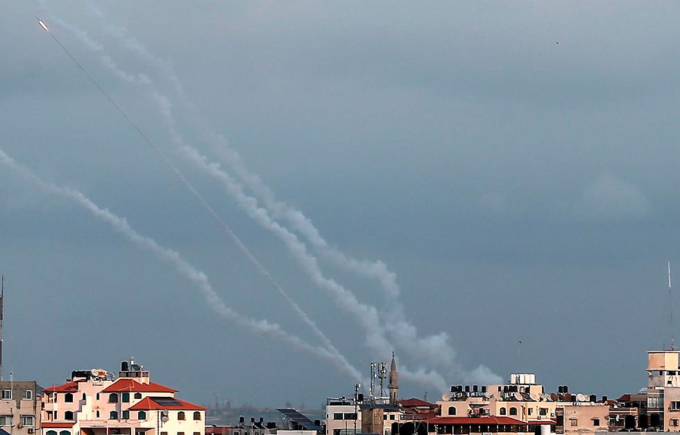 רקטות משוגרות מרצועת עזה לעבר ישראל (צילום: AFP)