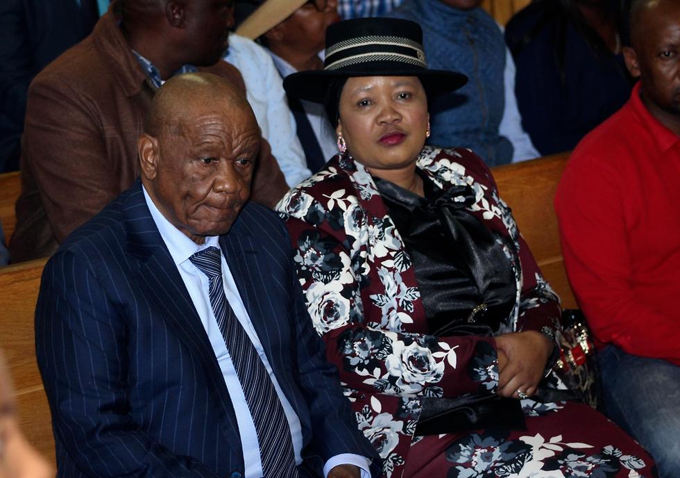 תומאס תבאנה ראש ממשלת לסוטו עם אשתו בבית המשפט (צילום: AP)