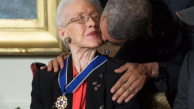 קתרין ג'ונסון מקבלת את מדליית החירות מהנשיא אובמה (צילום: EPA)