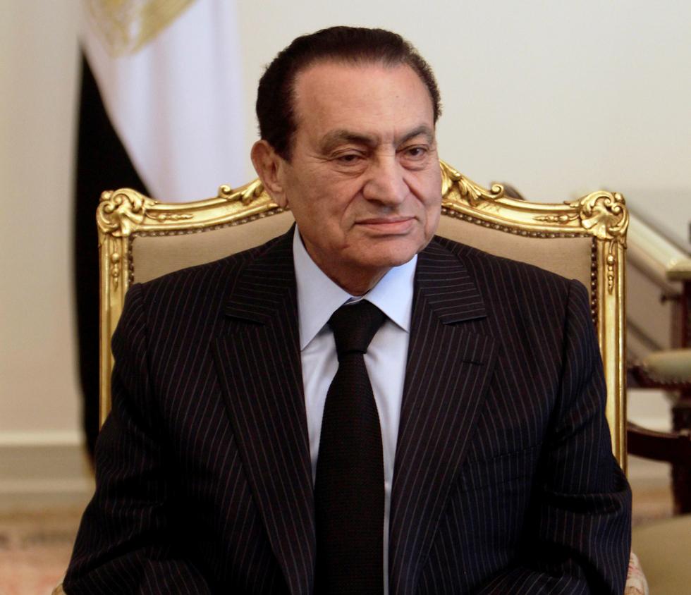 נשיא מצרים לשעבר חוסני מובארק ונו גמאל ב -2011 ב בית משפט (צילום: רויטרס)