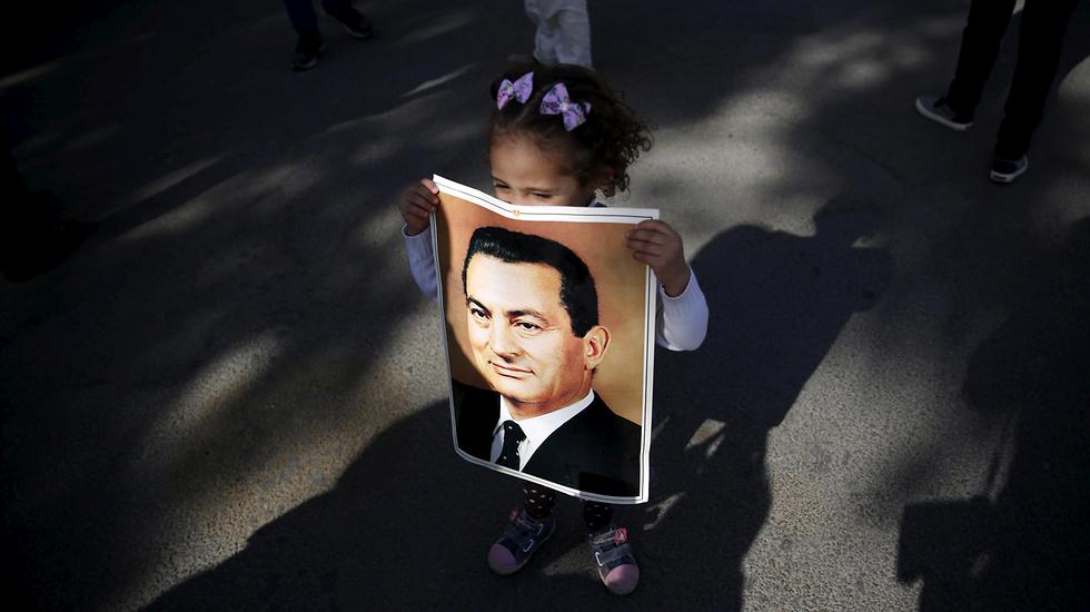 ילדה עם תמונת נשיא מצרים לשעבר  חוסני מובארק ב 2015 (צילום: רויטרס)