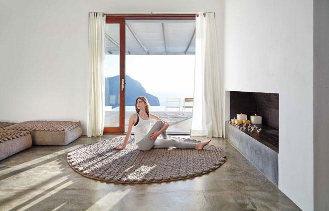 גם הטקסטיל נייטרלי, לא קישוטי מדי. שטיח של ''הביטאט''