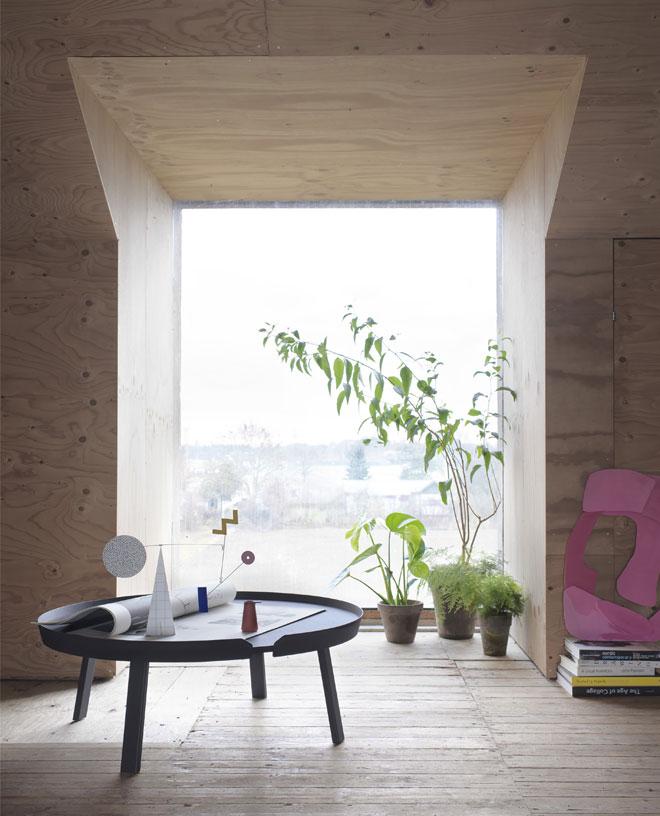 שולחן קפה נמוך וצמחייה מעודנת בכלי חרס. ''הביטאט''